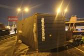 """Trong cơn mưa """"vàng"""", xe container gặp nạn trên cầu vượt Bình Phước"""