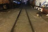 Mưa lớn ngập đường ray, tàu lửa trễ giờ