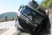 Xe tải chở heo lật trên đèo Hải Vân