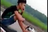 """Lái xe máy bằng 2 chân, tay cầm điện thoại gọi """"khoe"""" mẹ"""