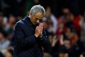 Mourinho bất ngờ thân mật với Guardiola