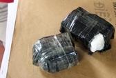 Khách đem 3 bọc màu đen chứa chất nghi ma túy đá lên máy bay