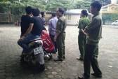 Nhóm thanh niên xông vào trường đập phá, dọa bắn bảo vệ