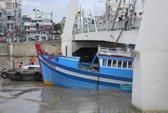 Hơn 10 giờ giải cứu tàu cá mắc kẹt dưới gầm cầu
