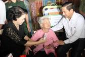 Chủ tịch Quốc hội thăm hỏi, cứu trợ bà con vùng lũ