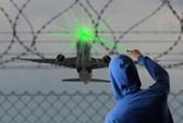 Điều tra động cơ chiếu tia laze vào máy bay