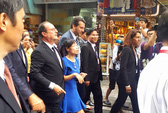 Tổng thống Pháp thả bộ trên phố cổ Hà Nội