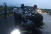 Xế hộp lật ngửa trên cao tốc Long Thành - Dầu Giây