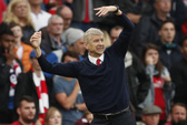 HLV Wenger chủ quan, Arsenal ngược dòng hú vía