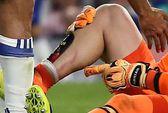 Đạp bầm chân thủ môn, Costa may mắn thoát thẻ đỏ