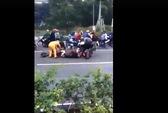 Trâu bị tai nạn trên đường, dân ùa đến xẻ thịt