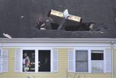 Máy bay đâm thủng mái nhà, phi công thiệt mạng