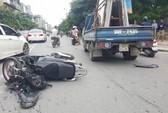 Nam thanh niên đi xe tay ga bất ngờ tông trực diện xe tải