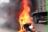 CLIP: Xe máy đang chạy bỗng cháy trơ khung