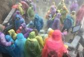 Bất chấp mưa gió, hàng ngàn du khách vẫn leo Fansipan