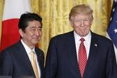 TT Trump không đeo thiết bị phiên dịch khi nghe ông Abe phát biểu