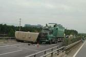 Xe container húc xe khách chở 28 người lật ngang trên cao tốc
