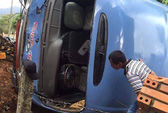 Xe khách nổ lốp, lật nhào vào nhà dân