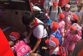 Xe khách chở trẻ mầm non gặp nạn trên xa lộ Hà Nội