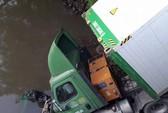 Chạy tốc độ cao, xe đầu kéo lao xuống sông Buông