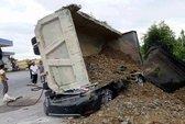 Xe tải lật đè nát ô tô 4 chỗ, tài xế bị đè chết