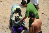 Mẹ khóc ngất khi con nhỏ tắm sông Sài Gòn mất tích