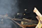 CLIP: Lính cứu hỏa trong mịt mù lửa khói ở quận 4