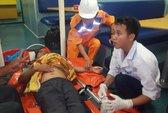 Cấp cứu ngư dân gặp nạn trên biển Hoàng Sa