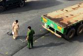 Xe container kéo lê người ở gầm cầu vượt Sóng Thần