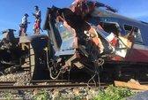 Tàu hỏa bị máy xúc húc trật bánh, hàng trăm hành khách thoát chết