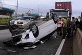 Va container, ô tô 4 chỗ nát đầu và lật ngửa trên Quốc lộ 1