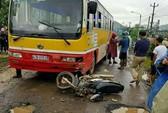 Chở con đi học, người đàn ông bị xe buýt tông tử vong
