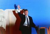 Tổng thống Mỹ Donald Trump giơ tay vẫy chào khi tới Hà Nội