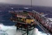 Nhà giàn rung bần bật trong tâm bão Tembin
