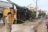 Xe chở bauxite lật nhào, đè sập 3 nhà dân ở Lâm Đồng