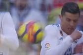 Hành động đẹp của Messi với Ronaldo ở El Clasico