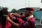 """Nigeria: Cắt tóc nữ nhân viên, """"sếp"""" bị đình chỉ"""