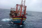 15 giờ vượt sóng gió cứu 9 ngư dân gặp nạn trên biển