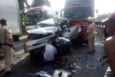 """Ô tô con """"dính"""" ca bin xe tải, 2 người bị thương"""