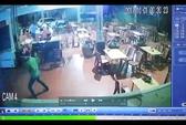 Chủ tiệm massage chân bị 2 kẻ bịt mặt cầm kiếm truy sát