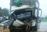 2 xe tải phóng nhanh đấu đầu, tài xế mắc kẹt trong cabin