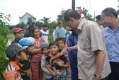 Chủ tịch nước và Thủ tướng vào tận vùng lũ thăm người dân