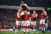 Trọng tài cứu nguy, Lacazette đưa Arsenal lên Top 10