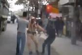 2 người đàn ông lao vào kéo CSGT để xe tải vi phạm bỏ chạy