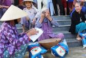 Trao quà cứu trợ cho 400 gia đình vùng lũ