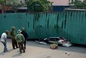 Bị xe container lật đè nát, 2 người tử vong trong ô tô bẹp dúm