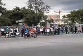 Dân tập trung trước trụ sở UBND thị xã Ninh Hòa vì bãi rác Hòn Rọ
