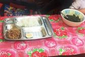Xôn xao suất ăn có miếng cá thu, vài cọng rau của học sinh tiểu học