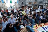 Vụ cháy ở London: Biểu tình sôi sục, thủ tướng Anh