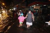 TP HCM: Mưa lớn, nhiều tuyến đường chìm trong biển nước